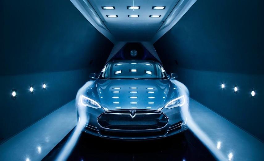 Tesla сделала тестовый заезд по подземному тоннелю Илона Маска (Видео)