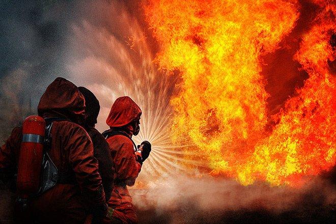 В Петербурге пожарные тушат 500 кв м площади с емкостями из-под мазута