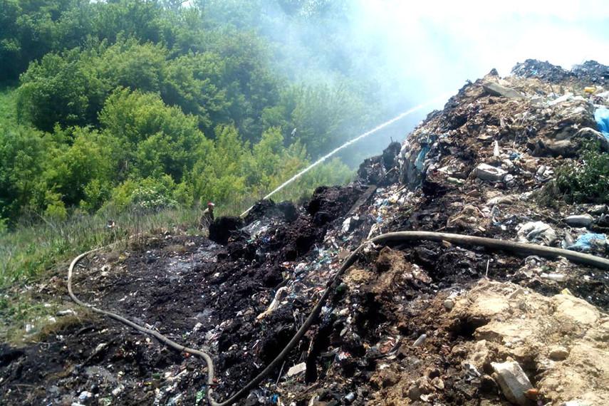 На Полтавщине четвертые сутки горит свалка (Фото)
