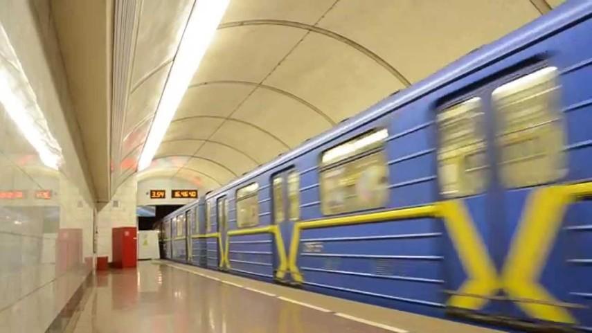 В поездах киевского метрополитена заменят все объявления