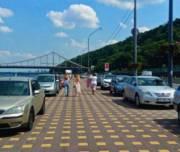 Отремонтированную пешеходную зону на Набережном шоссе водители превратили в парковку