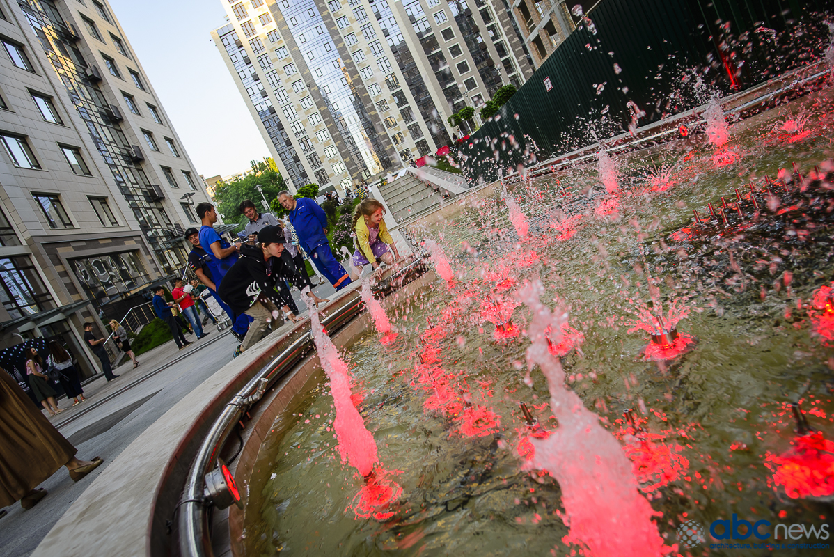 В Киеве начала работу единственная 150-метровая аллея светомузыкальных фонтанов (Фото)