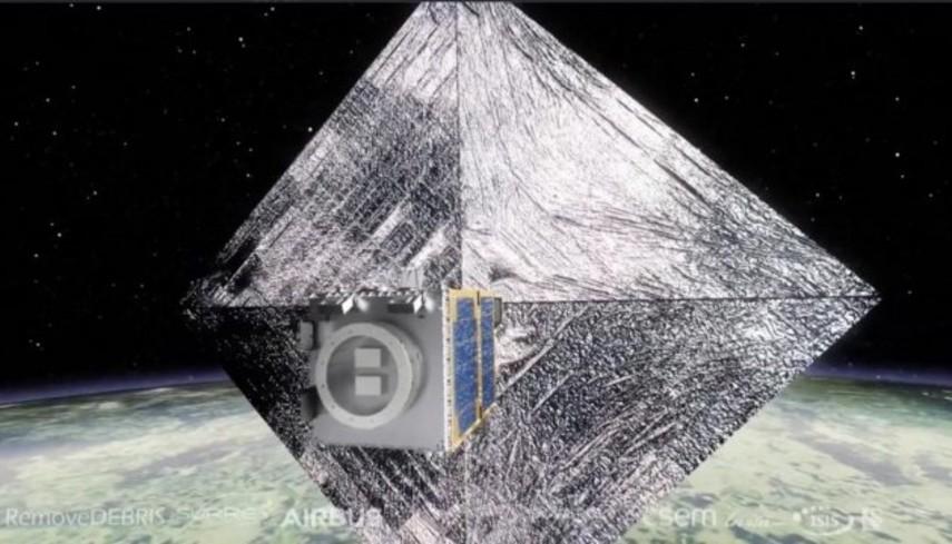 В космос запустили экспериментальный спутник для уборки мусора с орбиты (Видео)