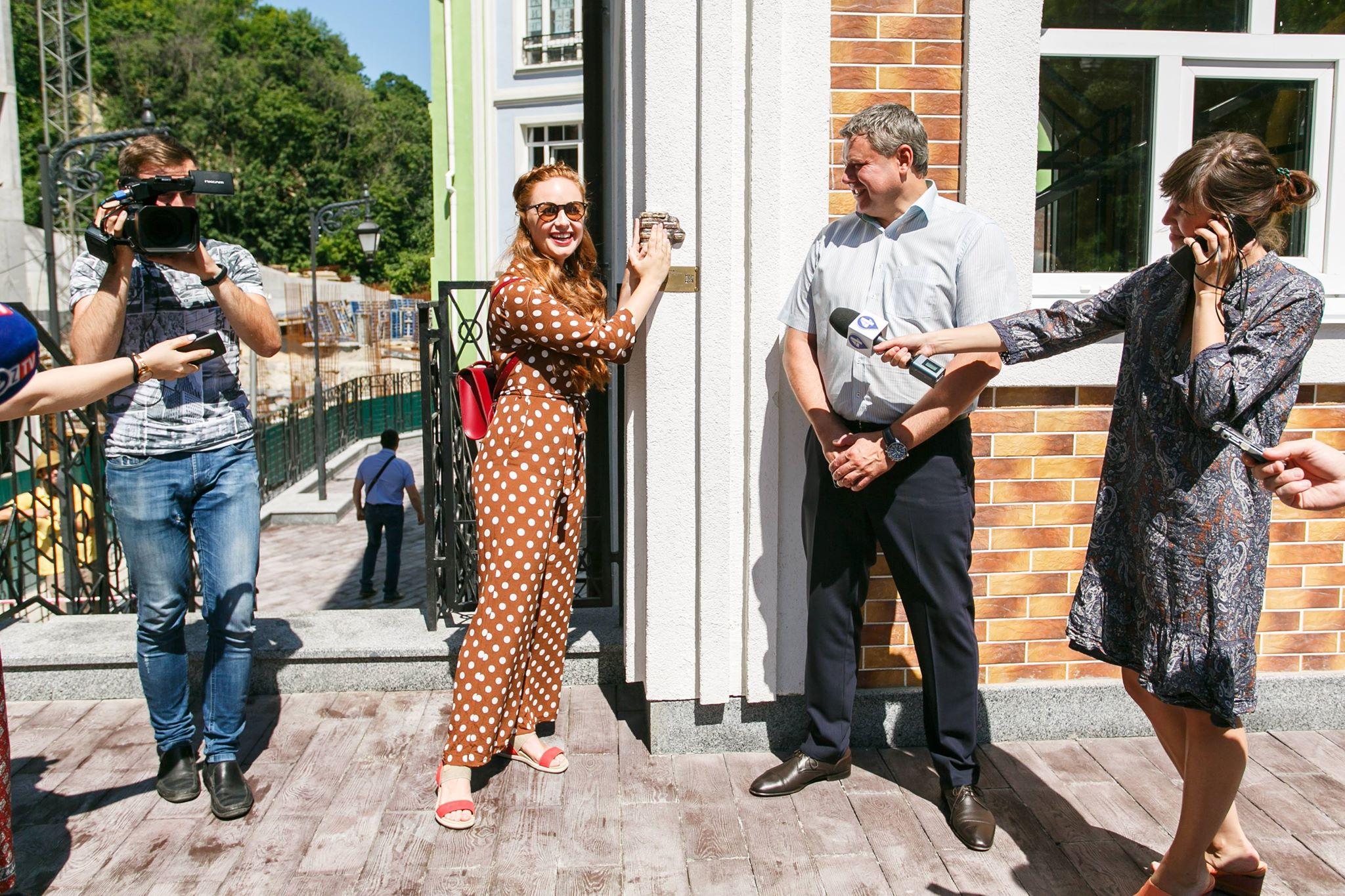 В Киеве появилась скульптура, помогающая получить жилье (Фото)