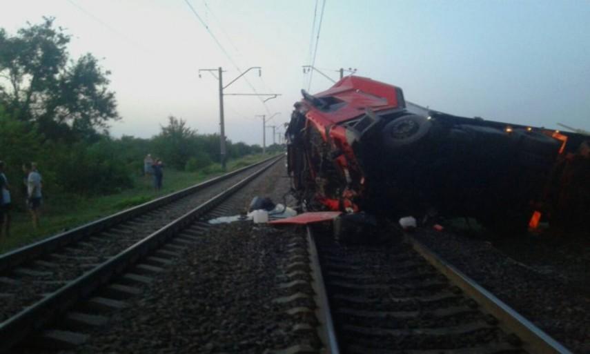 В Днепропетровской области фура упала на железнодорожные пути (Фото)