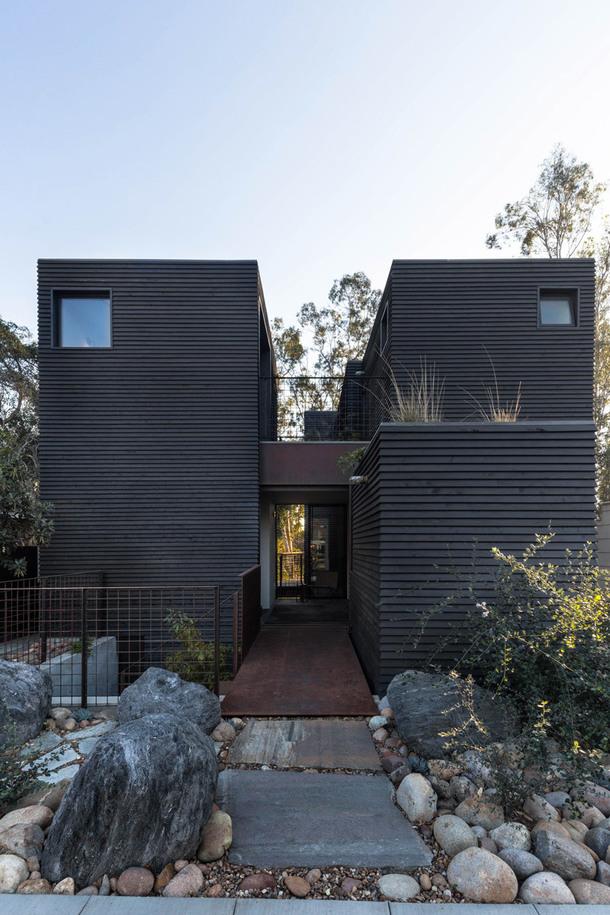 Черный дом над каньоном в Сан-Диего (Фото)