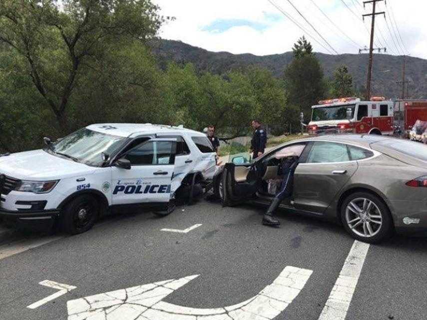В США электрокар Tesla на автопилоте протаранил полицейский автомобиль