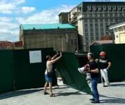 Активисты снесли строительный забор на Почтовой площади