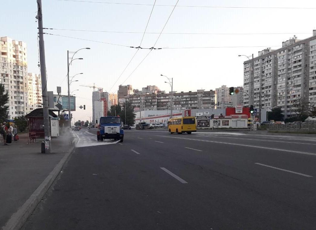 Моют улицы