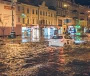 Улицу Крещатик затопило из-за незаконной реконструкции подвалов домов