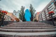 В центре Киева установили новый памятник – огромную голубую руку