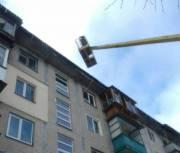 Коммунальщики чистят крыши столичных домов от снега и сосулек