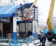 Коммунальщики демонтировали двухэтажную пристройку кафе