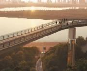 Чиновники рассказали о ходе строительства пешеходного моста в центре