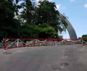 Перед новым пешеходным мостом установили шлагбаумы