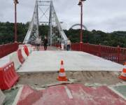 Киевлянам показали, как ремонтируют Пешеходный мост на Труханов остров