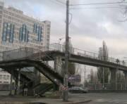 Пешеходный мост на проспекте Комарова закроют до лета следующего года