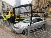 Киевлянам показали видео, как эвакуируют неправильно припаркованные авто