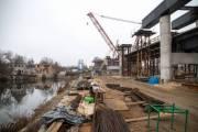 На Подольском мосту установили первые балки (видео)