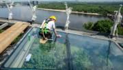 Стекла на пешеходно-велосипедном мосту над Владимирский спуском просят очистить