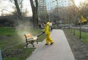 В Киеве дезинфицируют лавочки и дорожки в парках
