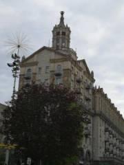 На Крещатике с многоэтажного здания отвалился металлический шпиль