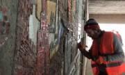 На Центральном автовокзале Киева восстанавливают мозаику (видео)